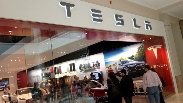 Shop-for-Tesla-at-mall-jpg